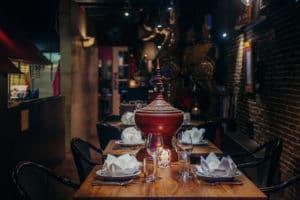 2 glazen wijn met een traditionele pot op tafel