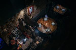 De gezellige bar met sfeervolle tafels