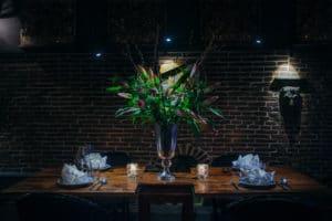 Onze karakteristieke vaas in ons stijlvol aangekleede Thaise restaurant in Amsterdam