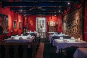 Restaurant gevuld met mooi Thais interieur in Amsterdam